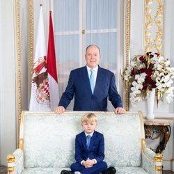 Alberto de Mónaco y su hijo Jacques de Mónaco subido a un sofá en el Día Nacional de Mónaco 2020