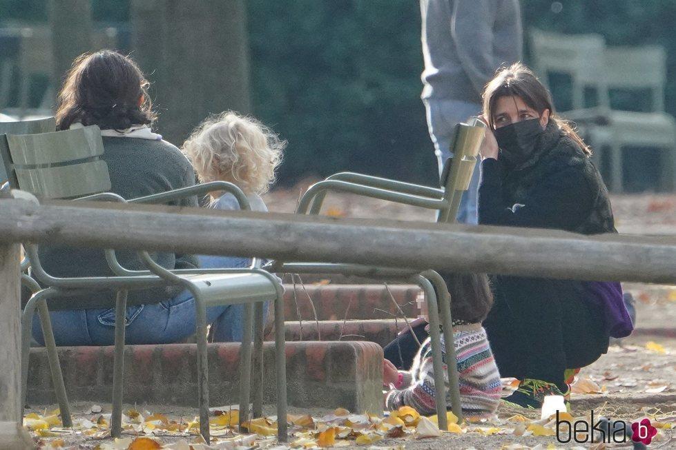 Carlota Casiraghi con otras madres en un parque de París