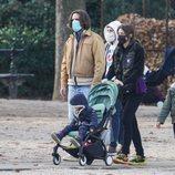 Carlota Casiraghi y Dimitri Rassam con sus hijos Raphaël Elmaleh y Balthazar Rassam en un parque de París