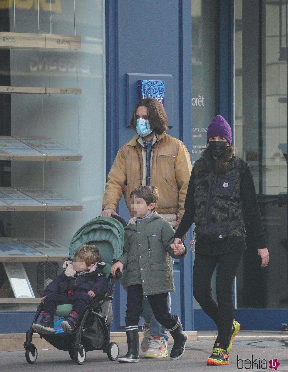 Carlota Casiraghi y Dimitri Rassam con sus hijos Raphaël Elmaleh y Balthazar Rassam de paseo por París