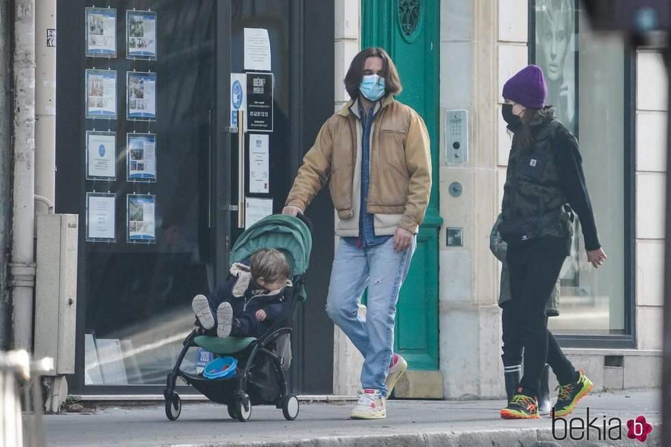 Carlota Casiraghi da la mano a su hijo Raphaël mientras Dimitri Rassam lleva el carricoche de su hijo Balthazar