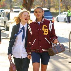 Emily Lind y Jordan Alexander rodando el reboot de 'Gossip girl' en Nueva York