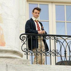 Thomas Doherty durante el rodaje del reboot de 'Gossip girl'