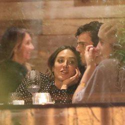 Íñigo Onieva da un cariñoso beso a Tamara Falcó en una cena en Madrid