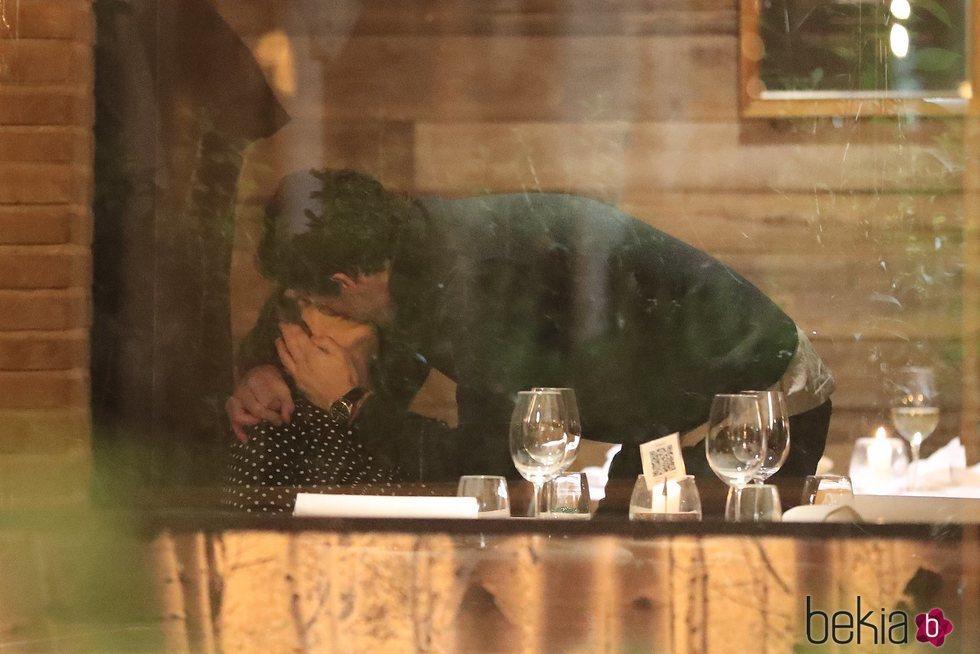 Tamara Falcó e Íñigo Onieva besándose en un restaurante de Madrid