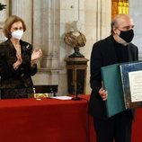 La Reina Sofía tras la entrega al poeta Raúl Zurita del Premio Reina Sofía de Poesía Iberoamerica