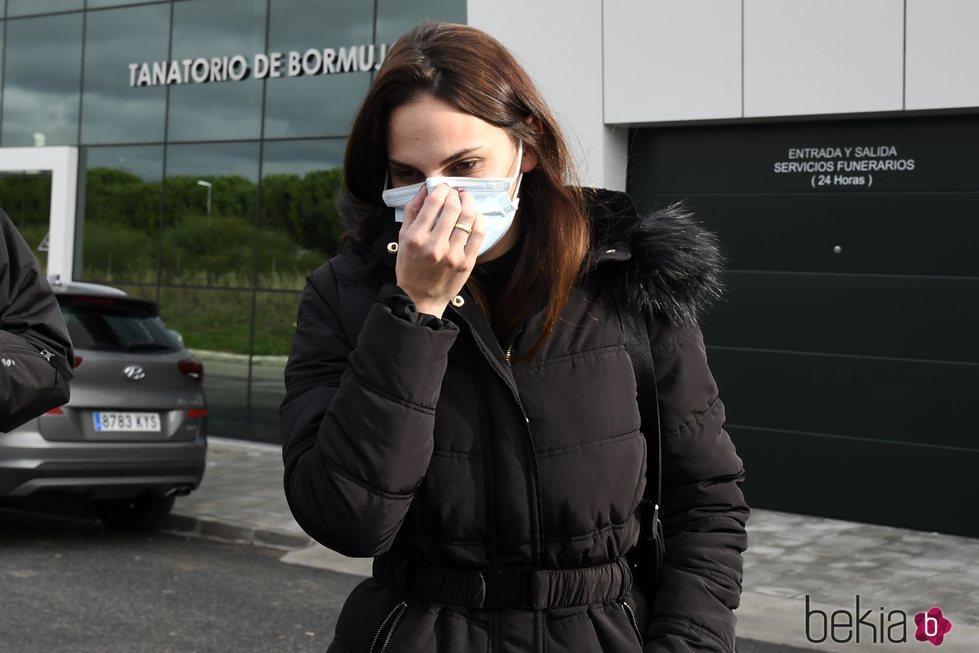 Irene Rosales saliendo del tanatorio donde ha dado el último adiós a su padre
