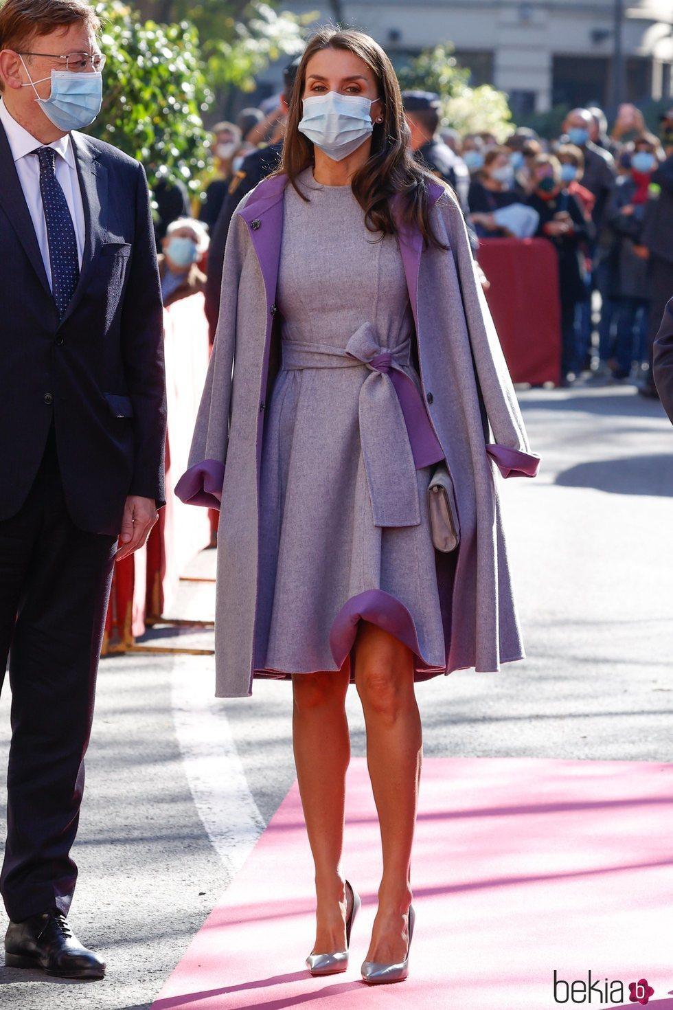 La Reina Letizia con la falda doblada en los Premios Rei Jaume I 2020