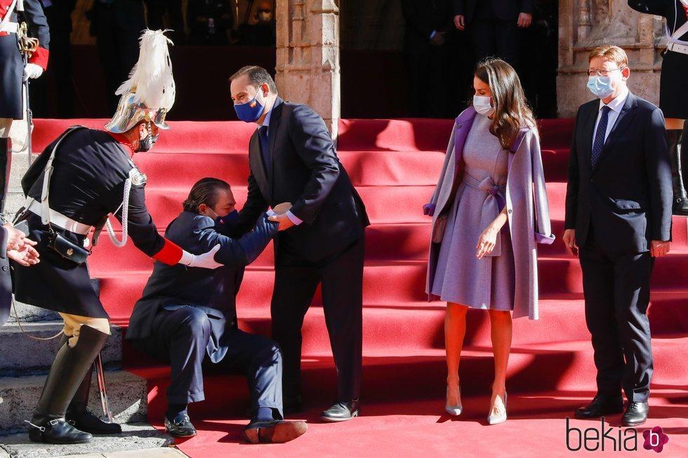 José Luis Ábalos ayuda a levantarse a Vicente Boluda en presencia de la Reina Letizia y Ximo Puig en los Premios Rei Jaume I 2020