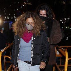Lolita Flores, acompañada por su hijo en su llegada a un restaurante