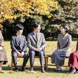 Akishino y Kiko de Japón con sus hijos Mako, Kako e Hisahito de Japón en un posado familiar