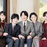 Akishino y Kiko de Japón con sus hijos Hisahito, Mako y Kako de Japón