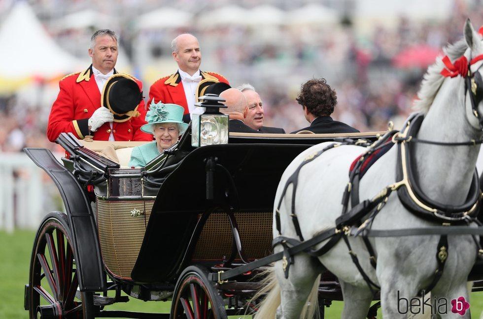 La Reina Isabel y su primo David Bowes-Lyon en Ascot