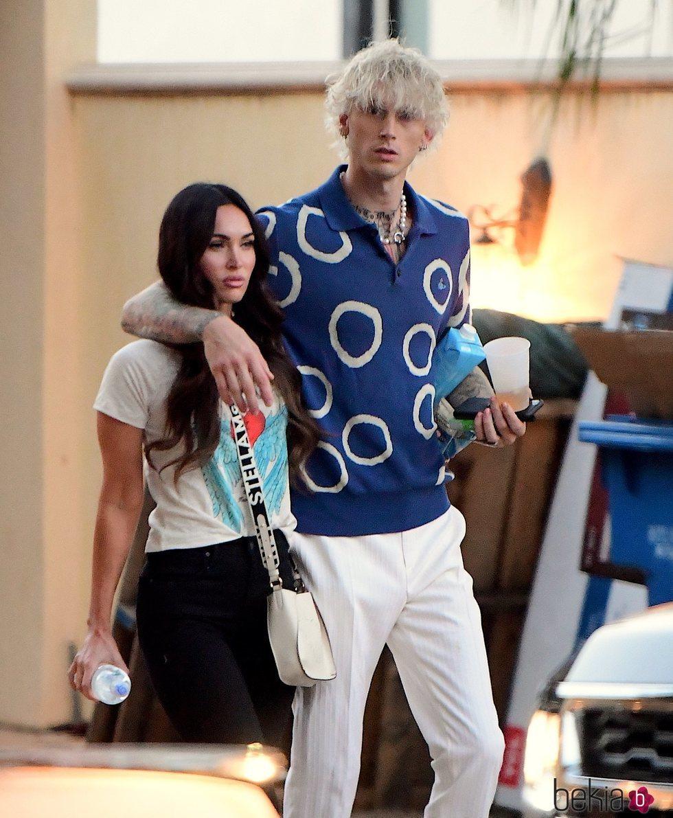 Machine Gun Kelly y Megan Fox paseando por Los Ángeles