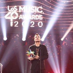 Dani Martín con su premio Golden Awards de Los 40 Music Awards 2020