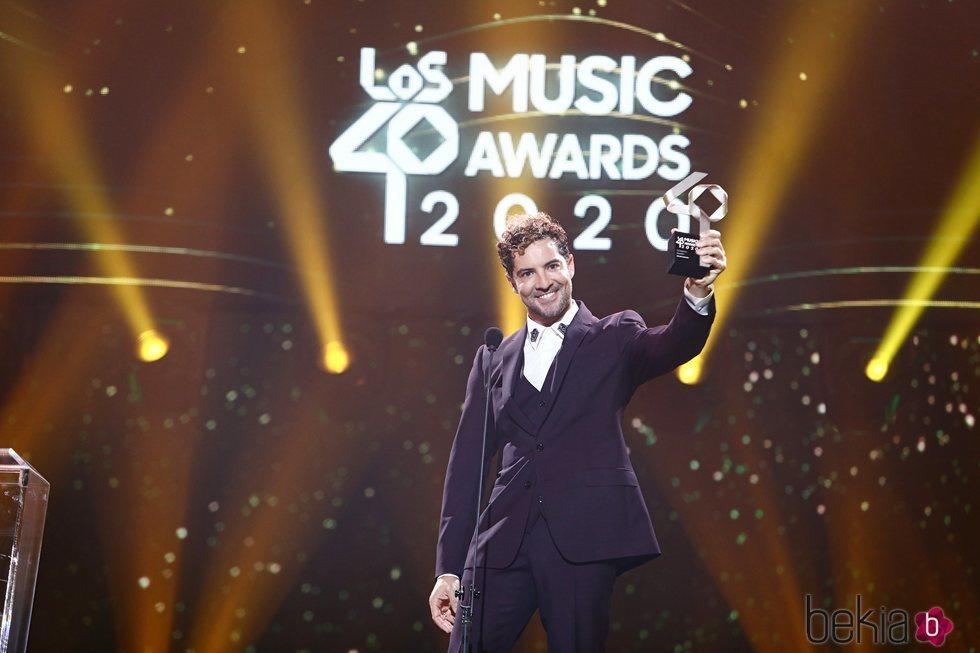 David Bisbal con su premio en Los 40 Music Awards 2020