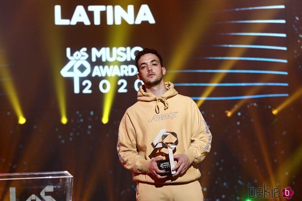 C Tangana con su premio en la gala de Los 40 Music Awards 2020