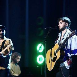 Nil Moliner y Dani Fernández actuando en Los 40 Music Awards 2020