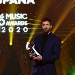 Pablo Alborán posa con su premio en Los 40 Music Awards 2020
