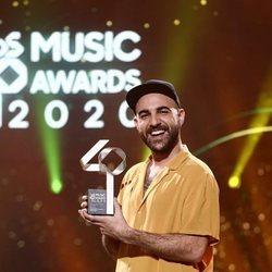 Nil Moliner con su premio de Los 40 Music Awards 2020
