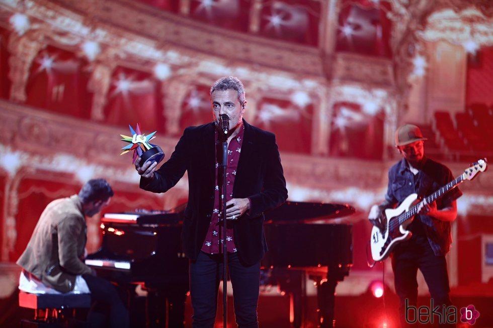 Carlos Tarque recogiendo el premio póstumo de Pau Donés en Los 40 Music Awards 2020