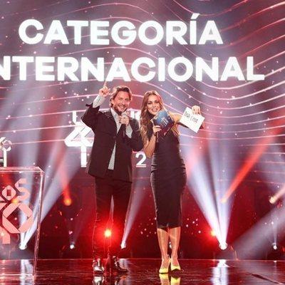 Manuel Carrasco y Lara Álvarez entregando un premio en Los 40 Music Awards 2020