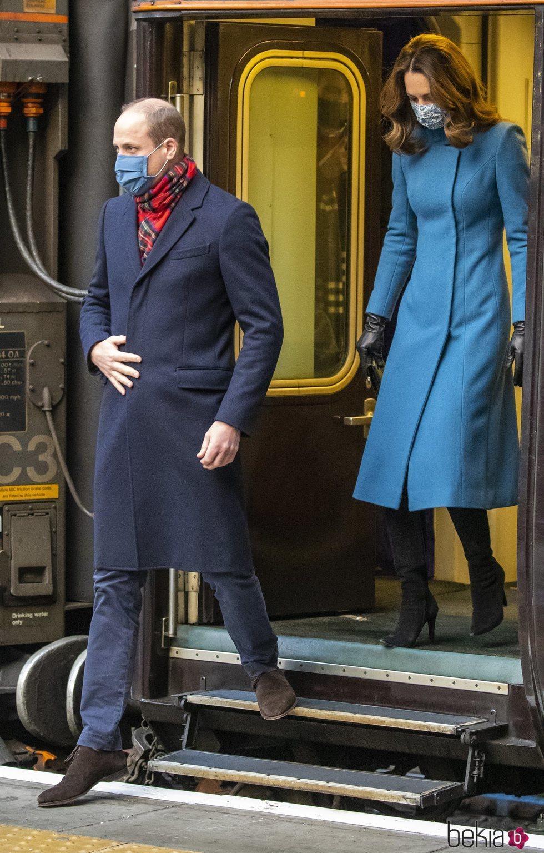 El Príncipe Guillermo y Kate Middleton a su llegada a Edimburgo en su Royal Train Tour