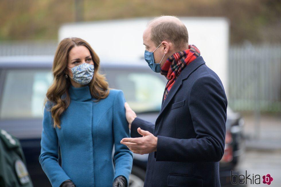 El Príncipe Guillermo y Kate Middleton con mascarilla en su visita al servicio escocés de ambulancias durante su Royal Train Tour