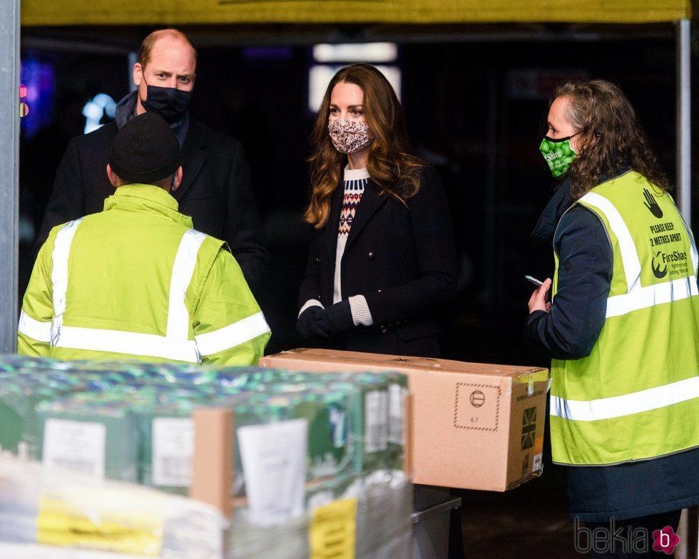 El Príncipe Guillermo y Kate Middleton visitan un banco de alimentos en Manchester durante su Royal Train Tour