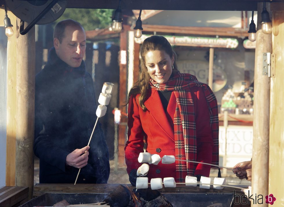 El Príncipe Guillermo y Kate Middleton con unos dulces en Cardiff en su Royal Train Tour