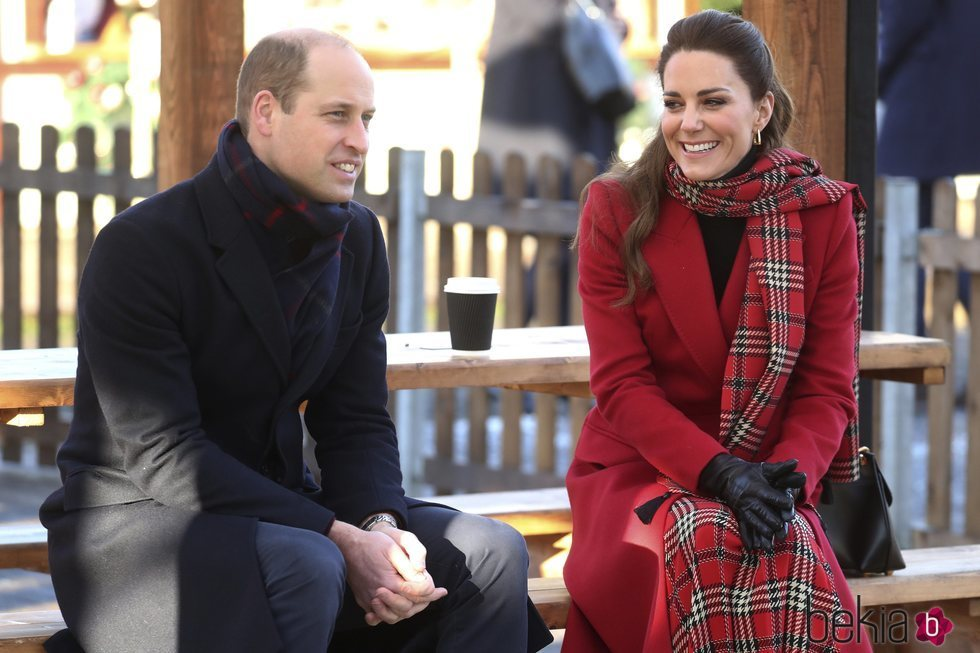 El Príncipe Guillermo y Kate Middleton, muy sonrientes en Cardiff en su Royal Train Tour