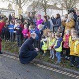 El Príncipe Guillermo y Kate Middleton hablan con unos niños en Bath durante su Royal Train Tour