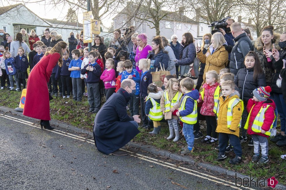 El Príncipe Guillermo y Kate Middleton hablan con unos niños en Bath durante su Royal Train Tour
