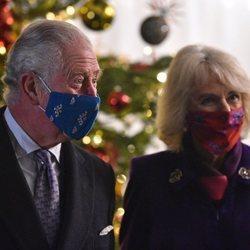 El Príncipe Carlos y Camilla Parker en un encuentro con voluntarios y trabajadores esenciales en Windsor Castle
