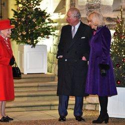 La Reina Isabel, el Príncipe Carlos y Camilla Parker en un encuentro con voluntarios y trabajadores esenciales en Windsor Castle