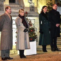 El Príncipe Guillermo y Kate Middleton y el Príncipe Eduardo y Sophie Rhys-Jones en un encuentro con voluntarios en Windsor Castle