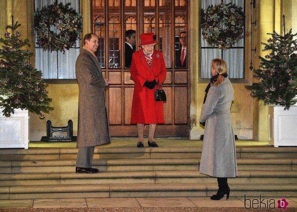 La Reina Isabel, el Príncipe Eduardo y Sophie Rhys-Jones en un encuentro con voluntarios y trabajadores esenciales en Windsor Castle