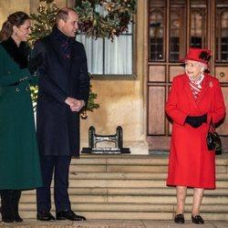 La Reina Isabel, el Príncipe Guillermo y Kate Middleton en un encuentro con voluntarios y trabajadores esenciales en Windsor Castle