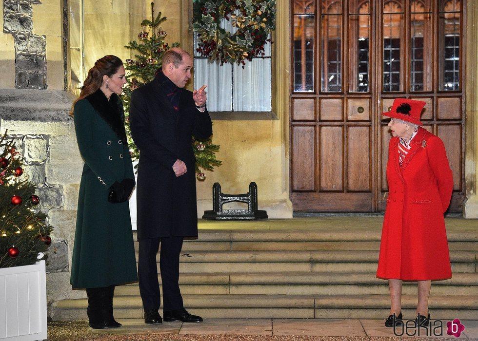 La Reina Isabel habla con el Príncipe Guillermo y Kate Middleton en un encuentro con voluntarios y trabajadores esenciales en Windsor Castle