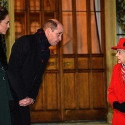 El Príncipe Guillermo y Kate Middleton se acercan a la Reina Isabel en un encuentro con voluntarios y trabajadores esenciales en Windsor Castle