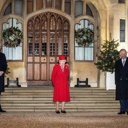 La Reina Isabel, el Príncipe Carlos y Camilla Parker, el Príncipe Guillermo y Kate Middleton en un encuentro con voluntarios y trabajadores esenciales en W