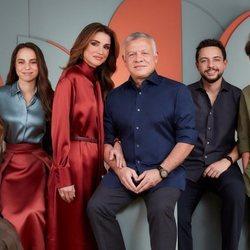 Abdalá y Rania de Jordania con sus hijos Hussein, Hashem, Iman y Salma en un retrato familiar oficial