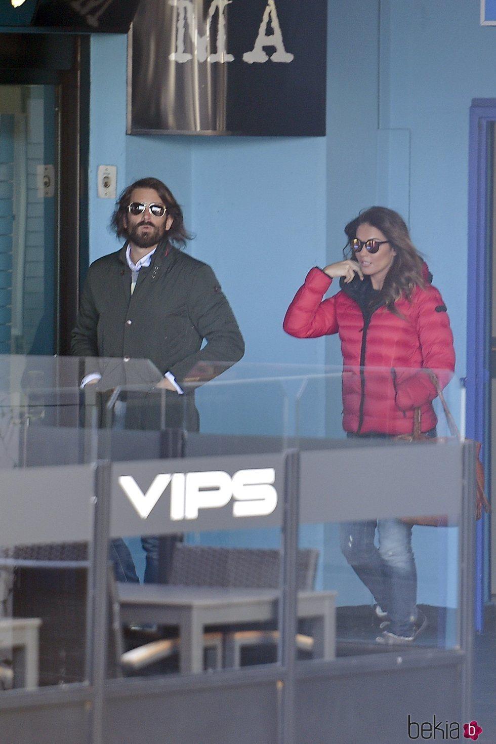 Lara Álvarez con Román Mosteiro paseando por Madrid