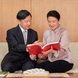 Naruhito y Masako de Japón leyendo un libro juntos