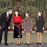 Los Reyes Felipe y Letizia, la Princesa Leonor y la Infanta Sofía comparten confidencias en la reunión del Patronato de la Fundación Princesa de Girona