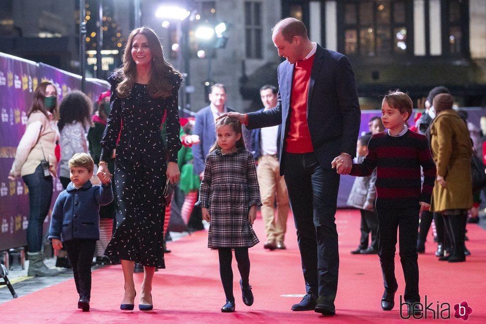 El Príncipe Guillermo, Kate Middleton y los Príncipes Jorge, Luis y Carlota acudiendo al espectáculo 'Pantoland'