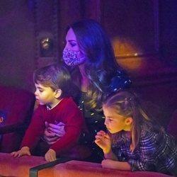 Kate Middleton con el Príncipe Luis y la Princesa Carlota en el espectáculo 'Pantoland'