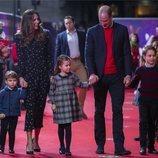 El Príncipe Guillermo, Kate Middleton y sus hijos, los Príncipes Jorge, Carlota y Luis en la alfombra de 'Pantoland'