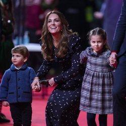 Kate Middleton y sus hijos, el Príncipe Luis y la Princesa Carlota en el espectáculo 'Pantoland'
