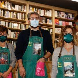 Sonsoles Ónega, Máximo Huerta y Sandra Barneda ejerciendo de libreros